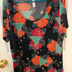 Excellent condition lularoe classic tee!